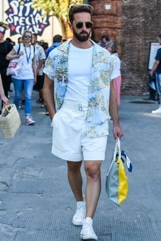 Outfits hombres: Intenta combinar una camisa de manga corta estampada celeste junto a unos pantalones cortos blancos para un look diario sin parecer demasiado arreglada. Zapatillas altas de lona blancas añadirán un nuevo toque a un estilo que de lo contrario es clásico.