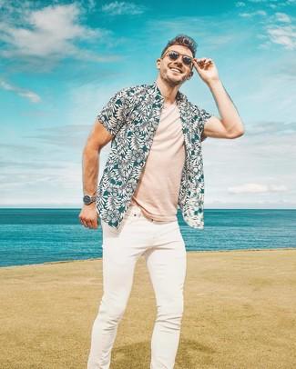 Cómo combinar: camisa de manga corta con print de flores en verde azulado, camiseta con cuello circular en beige, vaqueros pitillo blancos, gafas de sol marrónes