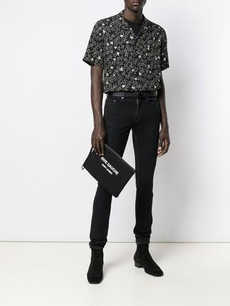 Cómo combinar: camisa de manga corta de estrellas en negro y blanco, camiseta con cuello circular negra, vaqueros pitillo negros, botines chelsea de ante negros
