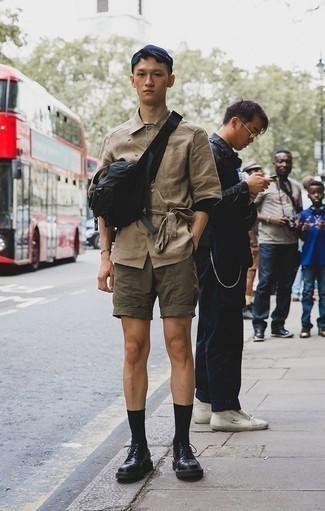 Cómo combinar una camiseta de manga larga negra: Elige una camiseta de manga larga negra y unos pantalones cortos verde oliva para cualquier sorpresa que haya en el día. Zapatos derby de cuero gruesos negros dan un toque chic al instante incluso al look más informal.