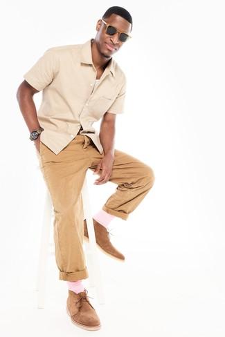 Cómo combinar: camisa de manga corta en beige, camiseta sin mangas blanca, pantalón chino marrón claro, botas safari de ante marrón claro