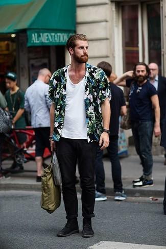 Cómo combinar: camisa de manga corta con print de flores negra, camiseta sin mangas blanca, pantalón chino negro, botas safari de ante negras