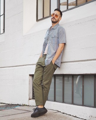Cómo combinar: camisa de manga corta de rayas verticales en blanco y azul, camiseta sin mangas blanca, pantalón chino verde oliva, tenis de cuero negros