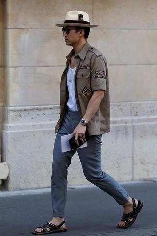 Outfits hombres: Para crear una apariencia para un almuerzo con amigos en el fin de semana ponte una camisa de manga corta gris y un pantalón chino azul. ¿Quieres elegir un zapato informal? Haz sandalias de cuero negras tu calzado para el día.
