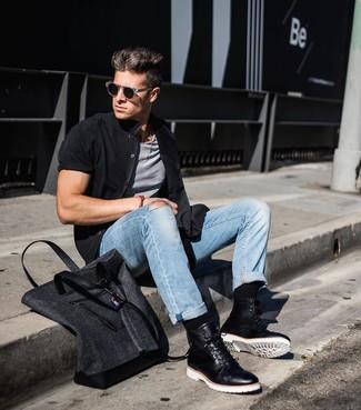 Cómo combinar: camisa de manga corta negra, camiseta sin mangas gris, vaqueros celestes, botas casual de cuero negras