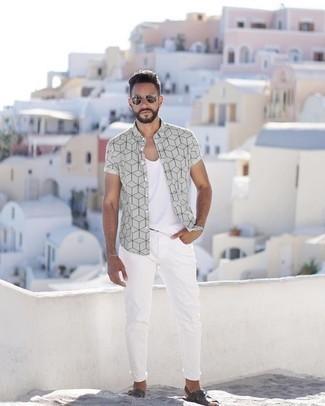 Cómo combinar unas gafas de sol plateadas: Una camisa de manga corta estampada gris y unas gafas de sol plateadas son una opción perfecta para el fin de semana. Sandalias de cuero en gris oscuro añadirán interés a un estilo clásico.