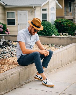 Para un atuendo que esté lleno de caracter y personalidad ponte una camisa de manga corta de lino celeste y un sombrero de paja marrón claro de hombres de Esprit. Complementa tu atuendo con tenis en blanco y azul marino.