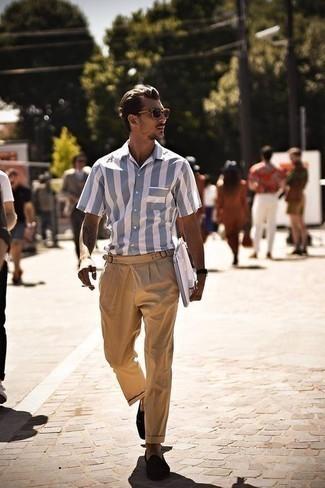 Outfits hombres estilo casual elegante: Empareja una camisa de manga corta de rayas verticales celeste con un pantalón chino marrón claro para un almuerzo en domingo con amigos. Mocasín de ante en marrón oscuro añaden la elegancia necesaria ya que, de otra forma, es un look simple.