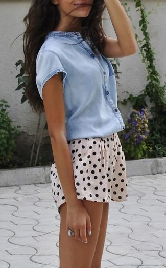 Cómo combinar: camisa de manga corta celeste, pantalones cortos a lunares en beige, anillo plateado