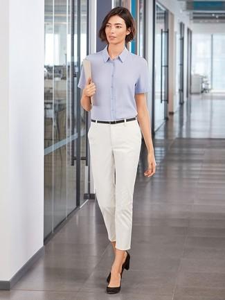 Cómo combinar: camisa de manga corta celeste, pantalones pitillo blancos, zapatos de tacón de ante negros, correa de cuero negra