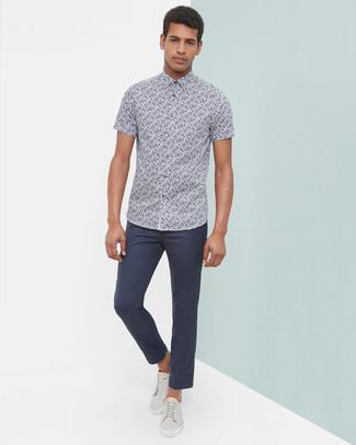 Look de moda: Camisa de manga corta con print de flores azul marino, Pantalón chino azul marino, Tenis de cuero grises