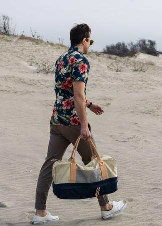 Cómo combinar: camisa de manga corta con print de flores azul marino, pantalón chino en marrón oscuro, zapatillas plimsoll blancas