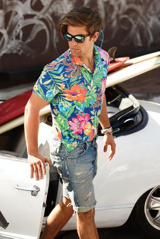 Cómo combinar: camisa de manga corta con print de flores azul, pantalones cortos vaqueros desgastados celestes, gafas de sol verdes