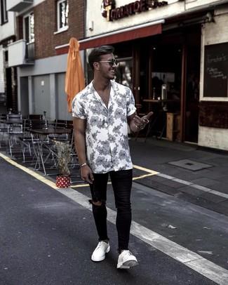 Cómo combinar: camisa de manga corta con print de flores en blanco y negro, vaqueros pitillo desgastados negros, zapatos derby de cuero blancos