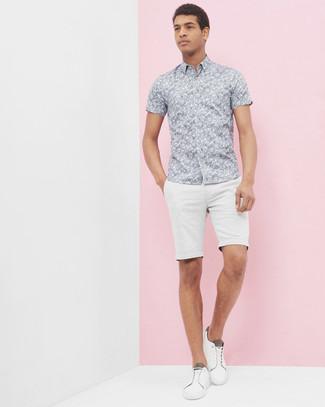 Look de moda: Camisa de manga corta con print de flores gris, Pantalones cortos blancos, Tenis blancos