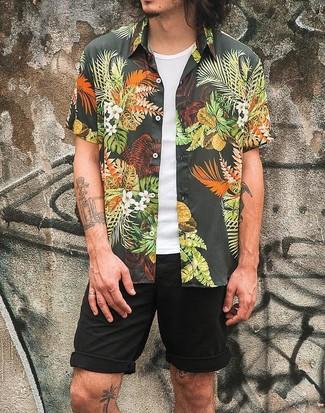 Cómo combinar: camisa de manga corta con print de flores negra, camiseta sin mangas blanca, pantalones cortos negros