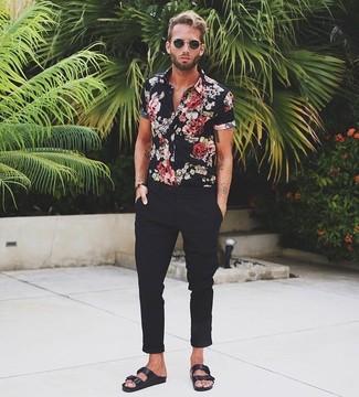 Cómo combinar: camisa de manga corta con print de flores negra, pantalón chino negro, sandalias de cuero negras