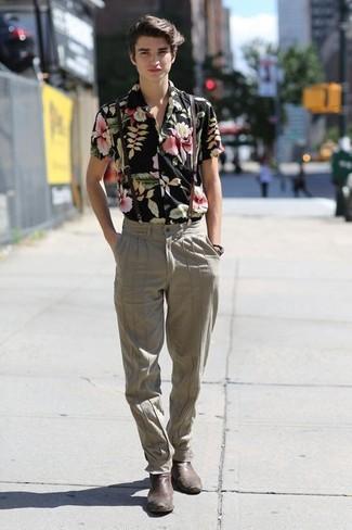Cómo combinar: camisa de manga corta con print de flores negra, pantalón de vestir en beige, botines chelsea de cuero en marrón oscuro