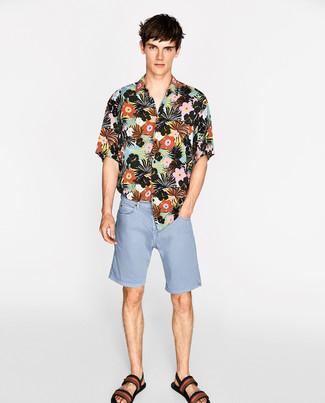 Cómo combinar: camisa de manga corta con print de flores negra, pantalones cortos vaqueros celestes, sandalias de lona estampadas negras