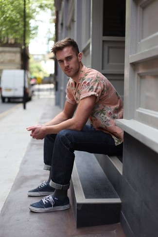 Cómo combinar: camisa de manga corta con print de flores rosada, vaqueros azul marino, zapatillas plimsoll azul marino