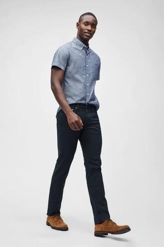 Cómo combinar una camisa: Intenta combinar una camisa con unos vaqueros negros para lidiar sin esfuerzo con lo que sea que te traiga el día. Con el calzado, sé más clásico y elige un par de zapatos derby de ante en tabaco.