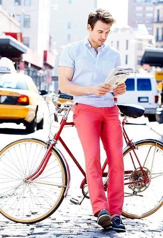 Cómo combinar: camisa de manga corta de rayas verticales celeste, pantalón chino rosa, náuticos de cuero azul marino