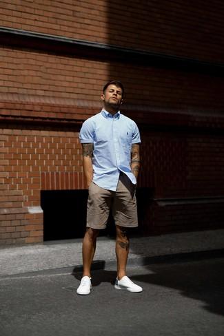 Cómo combinar: camisa de manga corta de rayas verticales celeste, pantalones cortos marrónes, tenis blancos