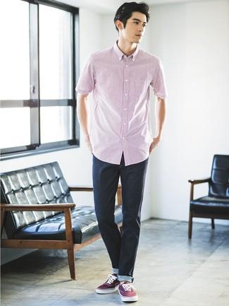 Cómo combinar: camisa de manga corta de rayas verticales en blanco y rojo, vaqueros azul marino, tenis de lona burdeos