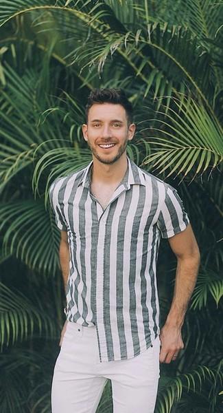 Cómo combinar: camisa de manga corta de rayas verticales gris, vaqueros pitillo blancos