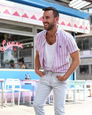 Cómo combinar: camisa de manga corta de rayas verticales rosada, camiseta sin mangas blanca, vaqueros pitillo grises
