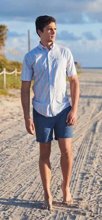 Emparejar una camisa de manga corta de tartán celeste y unos pantalones cortos azul marino es una opción cómoda para hacer diligencias en la ciudad.