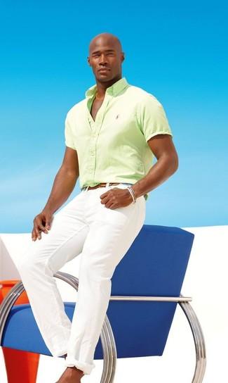 Cómo combinar: camisa de manga corta en amarillo verdoso, pantalón chino blanco, correa de cuero marrón