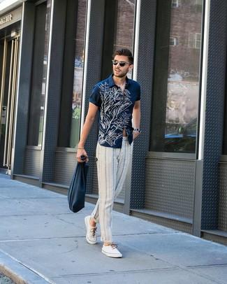 Cómo combinar: camisa de manga corta con print de flores en azul marino y blanco, pantalón chino de rayas verticales en blanco y azul marino, tenis de lona blancos, bolsa tote de lona azul marino