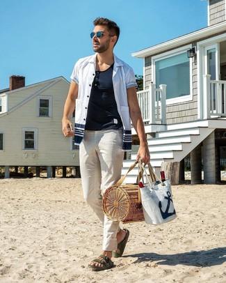 Cómo combinar: camisa de manga corta en blanco y azul marino, camiseta henley blanca, pantalón chino blanco, sandalias de cuero verde oscuro