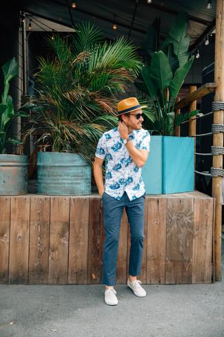 Opta por una camisa de manga corta con print de flores en blanco y azul y un sombrero de paja marrón claro para lidiar sin esfuerzo con lo que sea que te traiga el día. Completa el look con zapatillas plimsoll en beige.