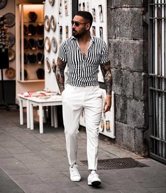 Cómo combinar: camisa de manga corta de rayas verticales en blanco y negro, pantalón de vestir blanco, tenis de cuero blancos, gafas de sol en marrón oscuro