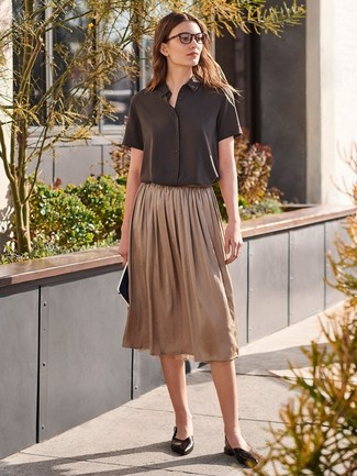 Cómo combinar: camisa de manga corta en marrón oscuro, falda midi plisada marrón, bailarinas de cuero negras