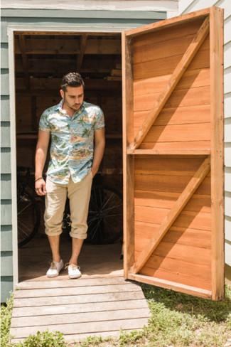 Considera ponerse una camisa de manga corta en multicolor y un pantalón chino marrón claro para cualquier sorpresa que haya en el día. Complementa tu atuendo con zapatillas plimsoll blancas.