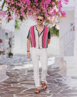 Cómo combinar: camisa de manga corta de rayas verticales en multicolor, vaqueros pitillo blancos, sandalias de cuero marrónes, reloj de cuero negro
