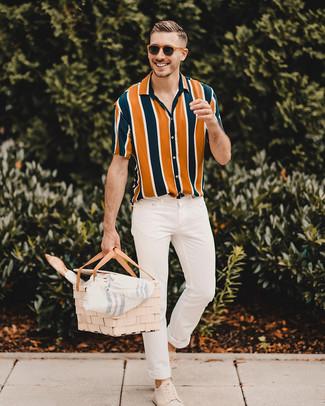 Cómo combinar: camisa de manga corta de rayas verticales en multicolor, vaqueros pitillo blancos, tenis de ante en beige, gafas de sol marrónes