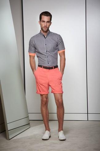 Look de moda: Camisa de manga corta de cuadro vichy en negro y blanco, Pantalones cortos rosados, Zapatos derby de cuero grises, Correa de cuero en marrón oscuro