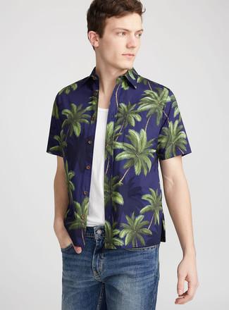 Cómo combinar: camisa de manga corta estampada azul marino, camiseta sin mangas blanca, pantalones cortos vaqueros azules