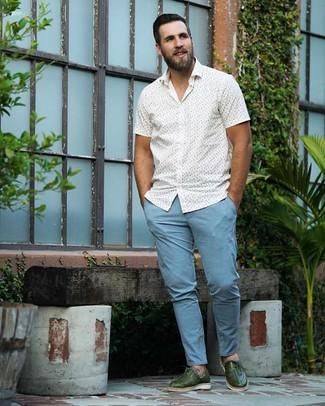 Cómo combinar: camisa de manga corta estampada blanca, pantalón chino celeste, zapatos oxford de cuero verde oscuro