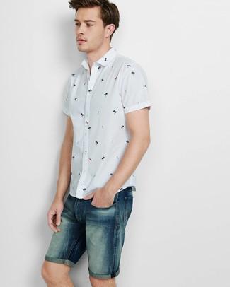 Cómo combinar: camisa de manga corta estampada blanca, pantalones cortos vaqueros azul marino