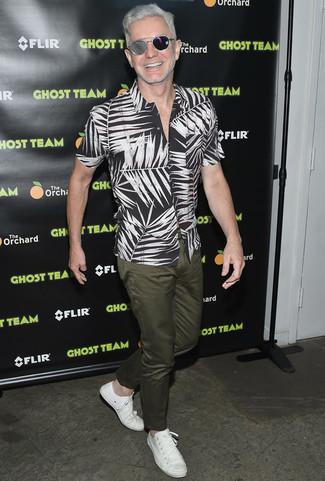 Camisa de manga corta estampada en negro y blanco pantalon chino verde oliva tenis de cuero blancos large 22532