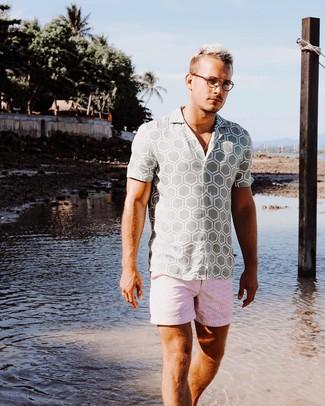 Cómo combinar: camisa de manga corta estampada gris, pantalones cortos estampados rosados