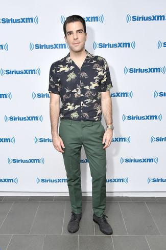 Cómo combinar: camisa de manga corta estampada negra, pantalón chino verde oliva, zapatos derby de ante en gris oscuro