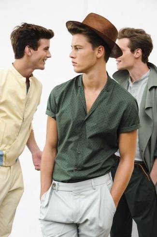 Cómo combinar: camisa de manga corta estampada verde oscuro, pantalón chino blanco, sombrero de paja marrón