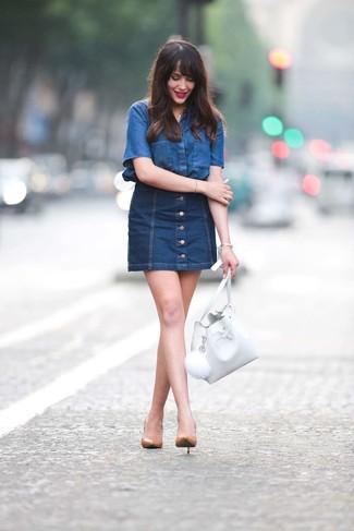 Cómo combinar una mochila con cordón de cuero blanca: Emparejar una camisa de manga corta vaquera azul con una mochila con cordón de cuero blanca es una opción atractiva para el fin de semana. Este atuendo se complementa perfectamente con zapatos de tacón de cuero marrón claro.