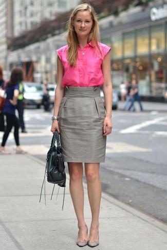 Una camisa de manga corta rosa y una falda lápiz gris son apropiados para  eventos casuales